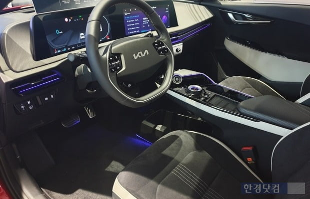 엠비언트 라이트가 작동하는 기아 EV6 운전석 모습. 사진=오세성 한경닷컴 기자