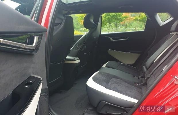 축간거리 2900mm인 기아 EV6는 여유로운 뒷좌석을 제공한다. 사진=오세성 한경닷컴 기자