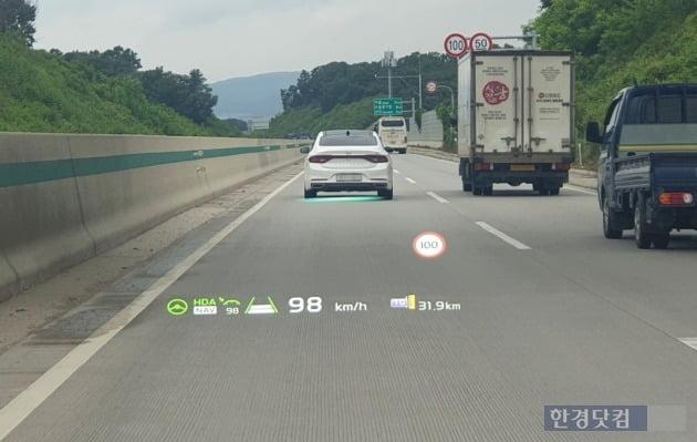 기아 EV6의 헤드업 디스플레이 화면. 사진=오세성 한경닷컴 기자