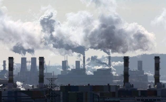 환경 규제는 비용인 동시에 투자 기회다. 9월께 국내 최초로 탄소배출권 상장지수펀드(ETF)가 출시될 전망이다. /연합뉴스