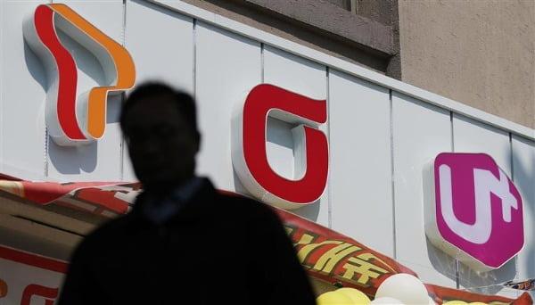 서울 시내의 한 지하철역 인근 휴대폰 대리점 앞으로 시민이 지나고 있다. 사진=연합