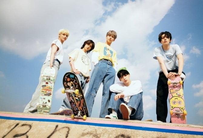 투모로우바이투게더, 정규 2집 리패키지 앨범 콘셉트 포토 FIGHT 버전 공개 …자유분방 에너지 발산