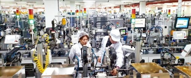 LS일렉트릭 직원이 '스마트 공장'으로 유명한 청주 사업장에서 설비를 점검하고 있다. LS그룹 제공