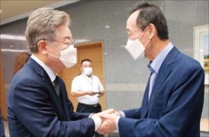 이재명 경기지사(왼쪽)가 1일 전북 전주 전북도청을 방문한 자리에서 송하진 전북지사와 악수하고 있다.  뉴스1