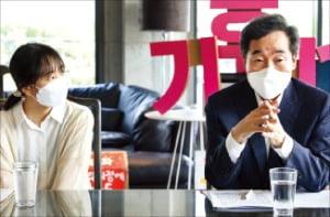 이낙연 전 더불어민주당 대표(오른쪽)가 지난달 31일 인천 영종도의 한 카페에서 청소년기후행동 회원들과 간담회를 하고 있다.   뉴스1