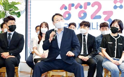 윤석열 전 검찰총장(앞줄 가운데)이 1일 서울 여의도동의 한 카페에서 열린 청년 싱크탱크 상상23 오픈 세미나에서 질문에 답하고 있다.   뉴스1