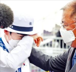 정의선 현대자동차그룹 회장이 지난달 30일 도쿄올림픽 양궁 3관왕을 달성한 안산 선수를 격려하고 있다.  연합뉴스
