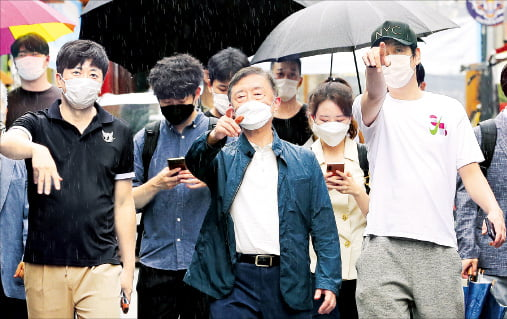 최재형 전 감사원장(앞줄 가운데)이 1일 서울 이태원동 세계음식문화거리에서 상인들과 함께 거리를 둘러보고 있다.   연합뉴스