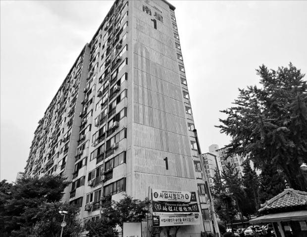영등포구로부터 최근 재건축 사업시행인가를 받은 서울 문래동 2가 남성맨션.  은정진 기자