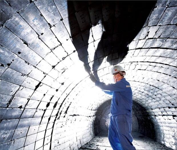 포스코케미칼 직원이 제철소 고로에 들어가는 내화물 공사를 하고 있다. /포스코케미칼 제공