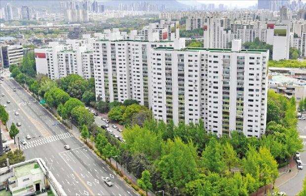 1356가구 규모의 대단지이지만 거래 가능한 매물이 단 한 건뿐인 서울 송파구 잠실동 아시아선수촌 아파트 전경.  /한경DB