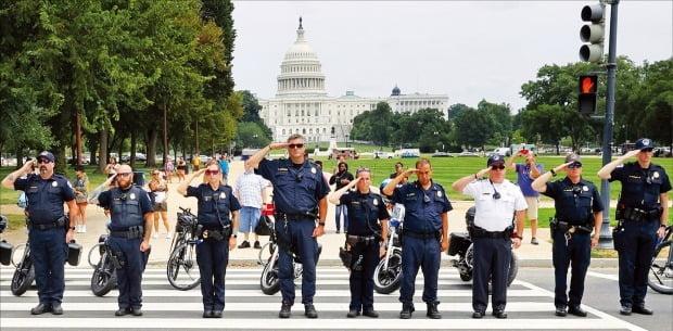 [포토] 美 펜타곤 인근 총격…의회 앞에선 희생 경찰 추모