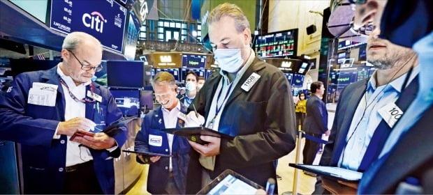 국내 투자자의 해외주식 투자잔액이 코로나19 발생 직전인 2019년 말에 비해 두 배 넘게 증가하며 100조원을 넘어섰다. 사진은 3일(현지시간) 미국 뉴욕증권거래소.    /AP연합뉴스