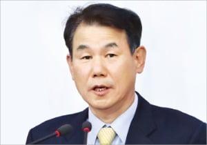"""靑 '시장과 소통'…교수 대신 관료 낙점 """"무조건 제재를 위한 감독 안하겠다"""""""