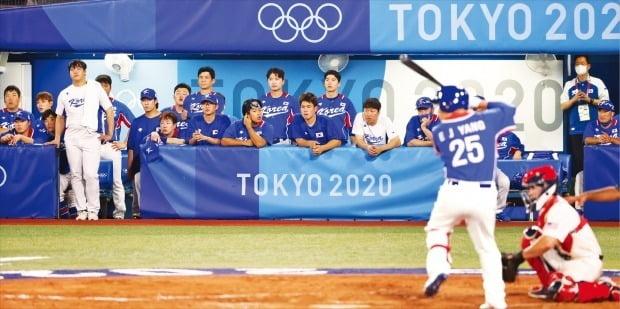 < 망연자실한 韓 더그아웃 > 한국 야구 대표팀 선수들이 5일 밤 일본 도쿄 가나가와현 요코하마 야구장에서 열린 2020 도쿄올림픽 미국과의 패자준결승에서 2-7로 뒤진 9회 초 마지막 공격을 지켜보고 있다. 한국은 7일 열리는 동메달 결정전에서 도미니카공화국을 상대로 메달에 도전한다.   /뉴스1