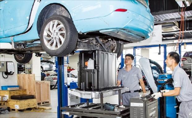 전기자동차 폐배터리를 재활용하기 위한 기업 간 합종연횡이 활발하다. 르노삼성차와 LG에너지솔루션은 폐배터리를 수거해 에너지저장장치(ESS)를 만드는 공동 사업을 펼치고 있다. 르노삼성차 직원들이 전기차 SM3 Z.E.의 폐배터리를 교체하고 있다. 르노삼성차 제공