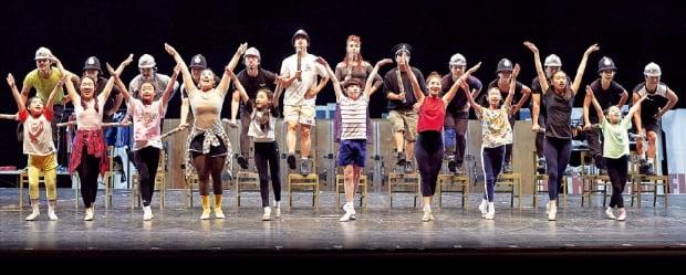 오는 31일 개막하는 뮤지컬 '빌리 엘리어트'의 배우들이 'Solidarity(연대)'란 곡을 부르며 춤추고 있다. 이 장면에선 빌리가 다니는 발레 교습소, 그의 꿈을 응원하는 빌리 아버지와 광부들의 모습이 함께 그려진다.  신시컴퍼니  제공