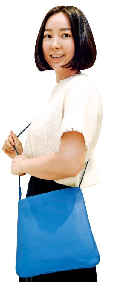 한채윤 아서앤그레이스 대표가 자신이 디자인한 가방을 들고 포즈를 취하고 있다. 신경훈 기자