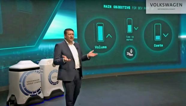 세계 최대 완성차업체인 폭스바겐이 자체 배터리 비중을 2030년 80%로 높이겠다고 3월 15일(현지시간) 발표했다. 외르크 타이히만 폭스바겐 최고구매책임자(CPO)가 배터리 성능을 끌어올릴 방법을 소개하고 있다. /사진 폭스바겐 제공