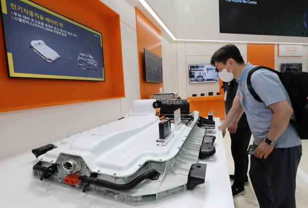 6월 9일 오전 서울 강남구 코엑스에서 열린 '인터배터리 2021' 및 'xEV트랜드 코리아' 전시회를 찾은 관람객이 삼성SDI부스에서 전기자동차용 배터리팩을 살펴보고 있다. /뉴스1