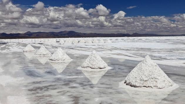 (사진) 땅속에서 캐낸 뒤 햇볕에 말리기 위해 쌓아둔 리튬. /한국경제신문