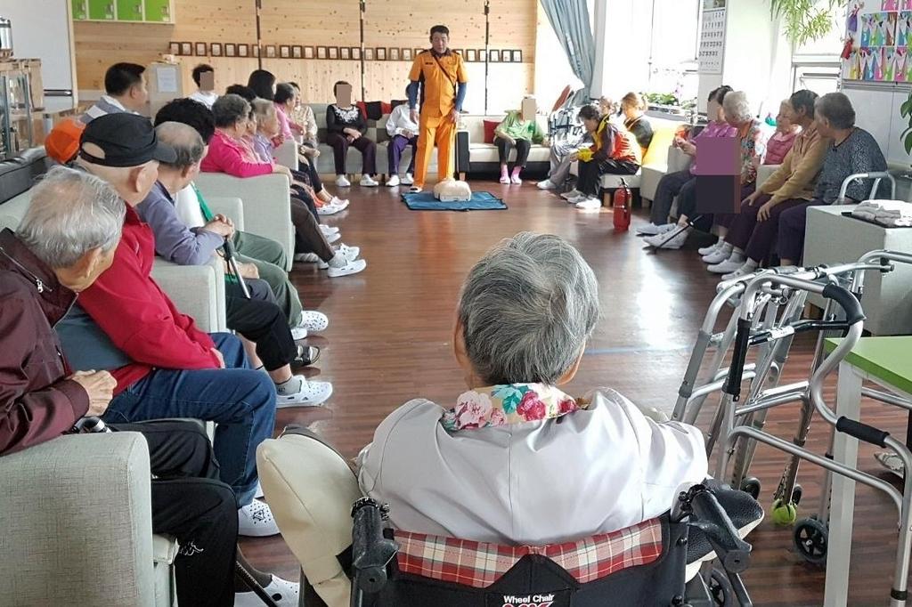 [#나눔동행] 퇴근길 요양시설서 노인들 대피 훈련하는 소방관 김병현씨