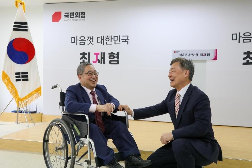 최재형 후원회장에 '업어서 등하교시킨 친구' 강명훈