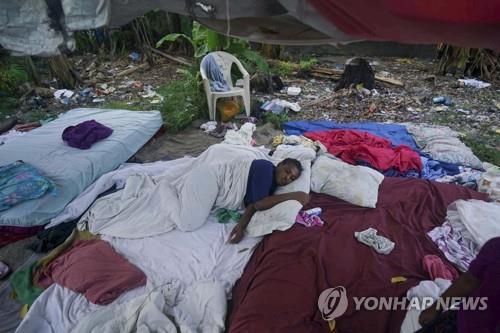 """""""진통제 놔달라"""" 절규, 길바닥서 치료 대기…아이티 지진 참상"""