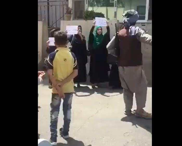 탈레반이 아무리 총을 겨눠도…겁내지 않는 아프간 여성들