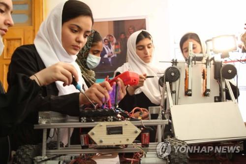 미국 11명 아이 어머니, 아프간 '소녀 로봇팀' 10명 극적 구조