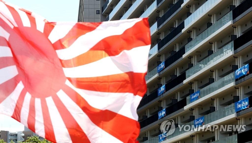 """스가, 취임 후 첫 패전일…일본인 49% """"반성 필요없다"""""""