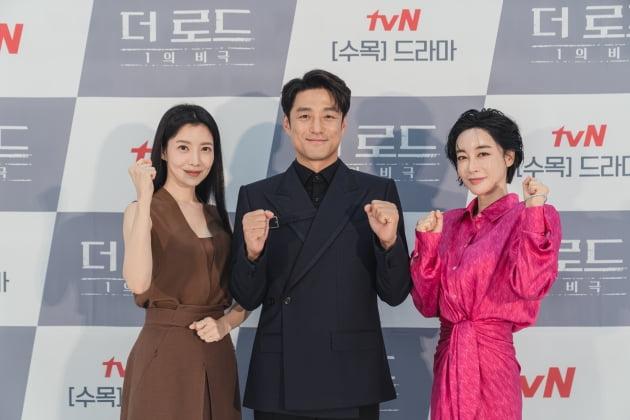 배우 윤세아(왼쪽부터), 지진희, 김혜은이 4일 오후 온라인 생중계된 tvN 새 수목드라마 '더 로드 : 1의 비극' 제작발표회에 참석했다. /사진제공=tvN