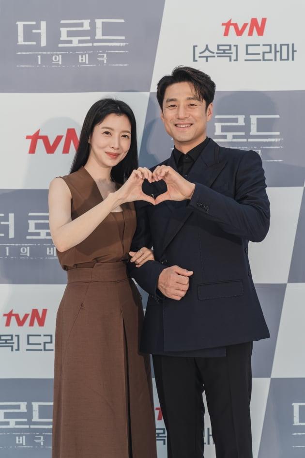 배우 윤세아(왼쪽), 지진희가 4일 오후 온라인 생중계된 tvN 새 수목드라마 '더 로드 : 1의 비극' 제작발표회에 참석했다. /사진제공=tvN