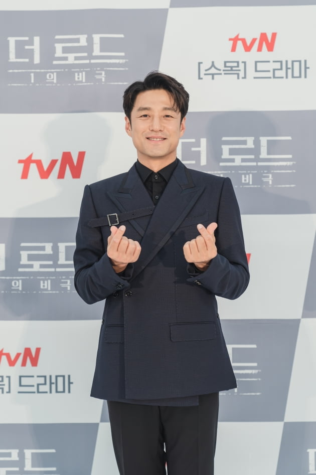 지진희는 '더 로드'에서 특종 보도를 앞두고 아들을 유괴 당한 비극적 사건에 휘말리는 국민 앵커 백수현 역을 맡았다. /사진제공=tvN