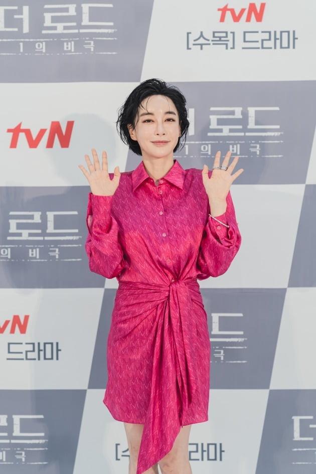 김혜은은 '더 로드'에서 화려하고 싶은 열망에 가득 찬 보도국 소속 아나운서 차서영으로 분한다. /사진제공=tvN