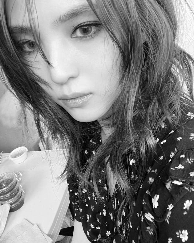 한소희, 누드핑크톤의 몽환적 비주얼…꽃원피스 입은 나비 [TEN★]