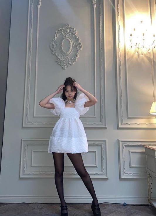 제니, 스타킹+미니 원피스 '블랙 앤 화이트' 독보적 패션…'블핑' 데뷔 5주년 자축 [TEN★]
