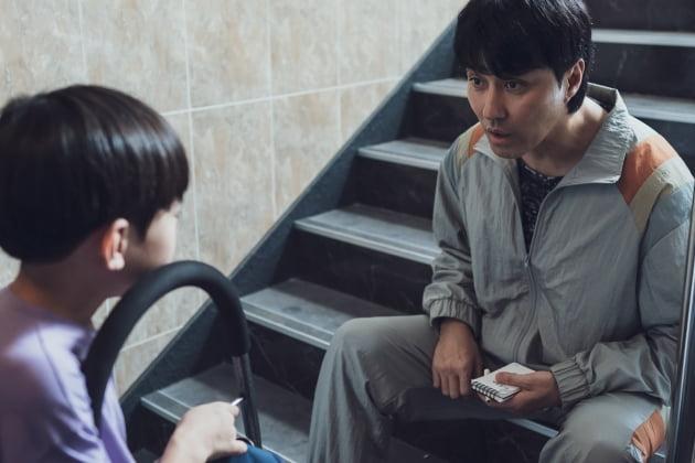 '싱크홀' 차승원, 친근한 동네 아저씨…'낙원의 밤'과 180도 다른 모습