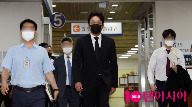 [TEN 포토] '프로포폴 불법 투약 혐의' 하정우 '긴장되는 눈빛'