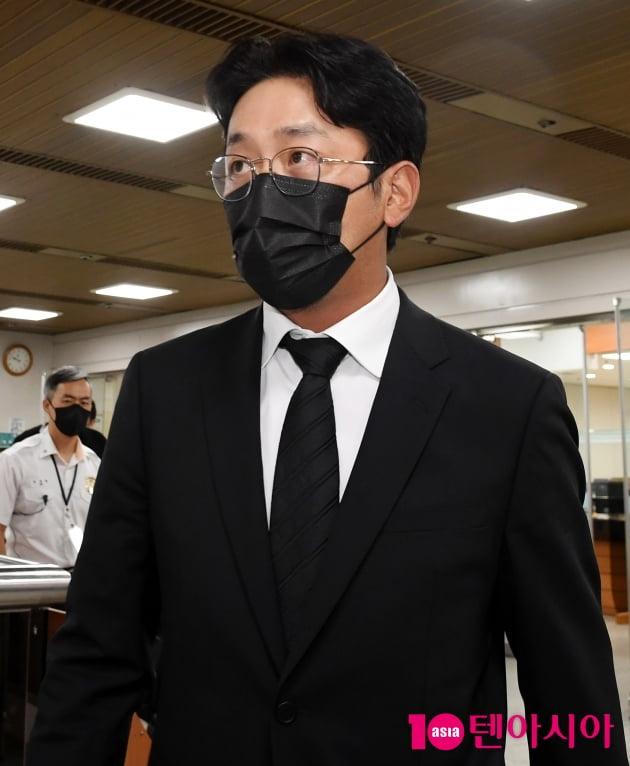 [TEN 포토] '프로포폴 불법 투약 혐의' 하정우 '담담한 표정으로'