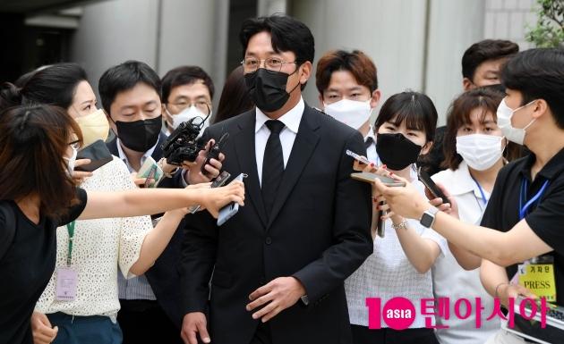 [TEN 포토] '프로포폴 불법 투약 혐의' 하정우 '취재진에 둘러싸이고'