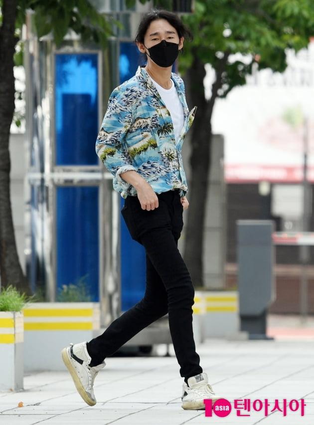 [TEN 포토] 허지웅 '화려한 하와이안 셔츠입고 등장'