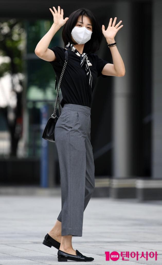 [TEN 포토] 박하선 '러블리한 출근길 패션'