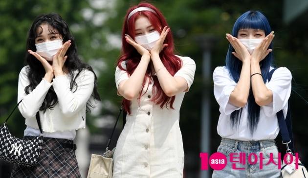 [TEN 포토] 위클리 지한-조아-박소은 '방송국에 핀 꽃 세송이'