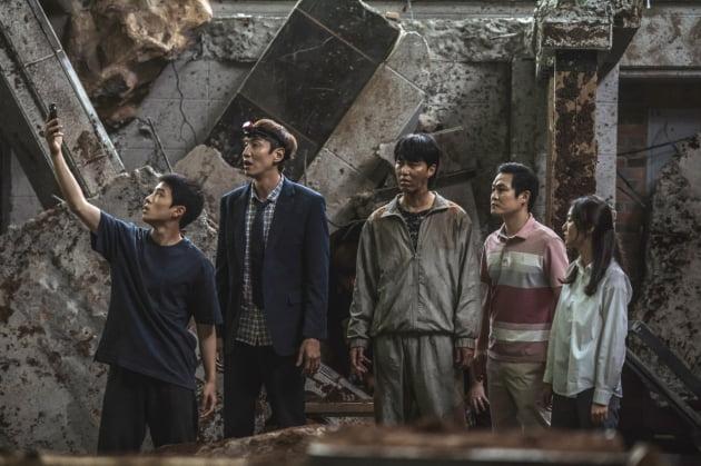 [무비차트 TEN] '모가디슈'냐 '싱크홀'이냐…광복절 연휴, 여름 흥행 대전 '초절정'
