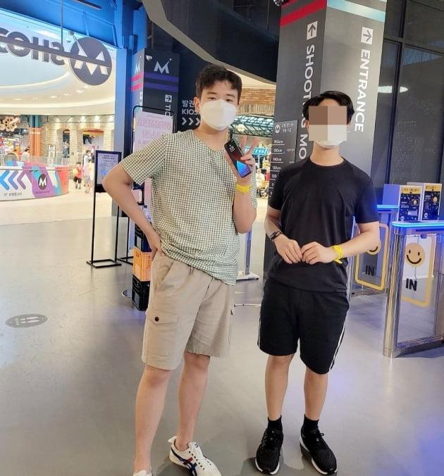 가수 윤민수의 아들 윤후(왼쪽)./ 사진=인스타그램 캡처