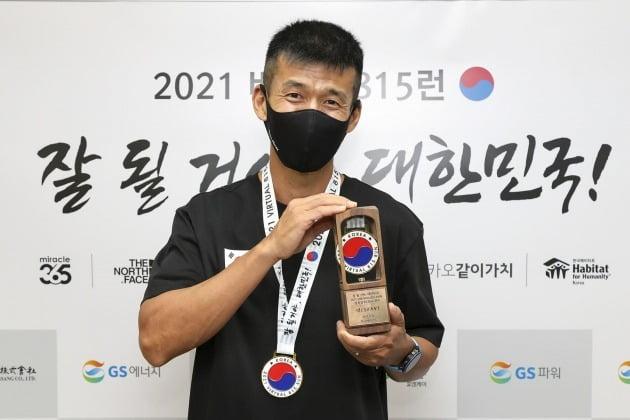 가수 션이 8월 15일 광복절을 맞아 81.5km 마라톤 완주에 성공, 8억여 원의 기부금을 전달했다. / 사진제공=YG엔터테인먼트