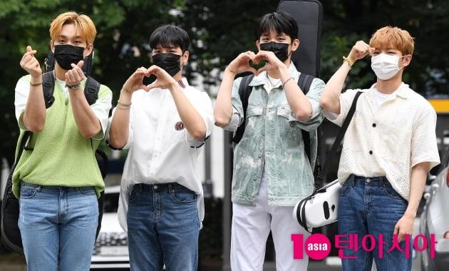 [TEN 포토] 루시 '차세대 훈남들'