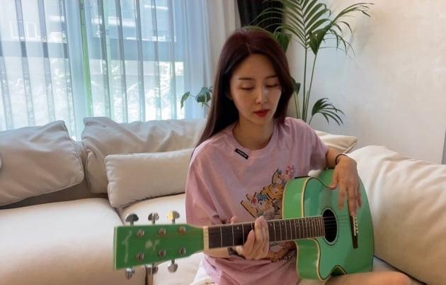 '한재석♥' 박솔미, 족히 700만원 하는 소파에 누워 우아한 독서 타임 [TEN★]
