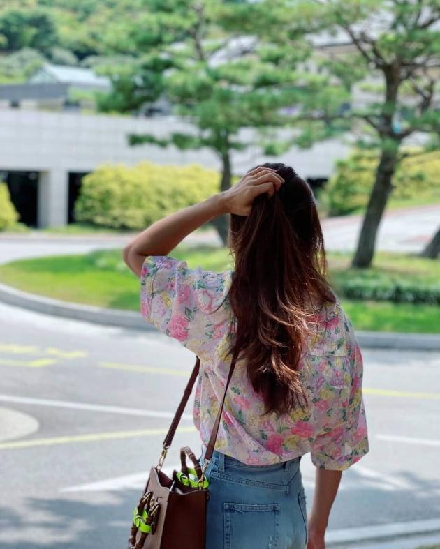 '연매출 25억 사업가♥' 이시영, 540만원 G사 명품백 붙잡고 흙길 활보 [TEN★]